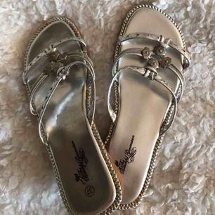 Söta silver sandaler med liten klack. St 37, har dock fläckar på sig (där av priset ), men detta syns knappt när man har dem på sig. Frakt tillkommer o betalning via Swish