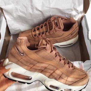 Ett par fina skor från nike. Beställde dom och nu visa det sig att dom var för stora kan tyvärr inte lämna tillbaka dom så om nån vill köpa eller nått så finns dom oanvända och rena!