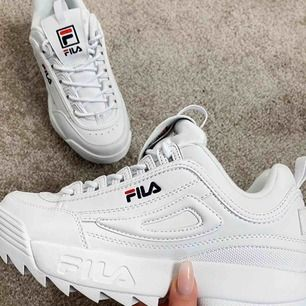 Fina fila skor, använda ett fåtal gånger men försmå för mig frakten ingår om du inte förslår något annat pris + frakt