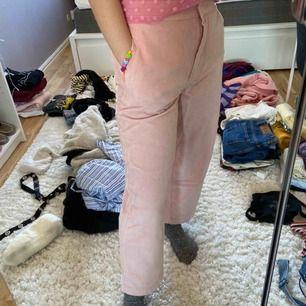 Rosa flarade Manchester byxor från NA-KD. Säljs pga använder ej längre. Frakt tillkommer eller möts upp.