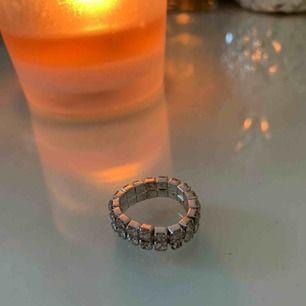 """Säljer denna super fina """"diamant"""" ring! TÖJBAR! Som är helt oanvänd! Alla diamanter e på! Super fin! Armbandet som ni ser på sista bilden som är matchande med ringen säljs separat! Skirv vid intresse!"""