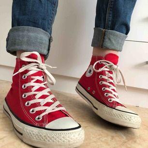 Snygga röda Converse. Använda ett fåtal gånger, så nästan nyskick! 400 kr eller högsta bud får de!
