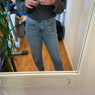 Blåa mom jeans från Gina tricot med sudda detaljer på höger ficka. Frakt ellr möts.