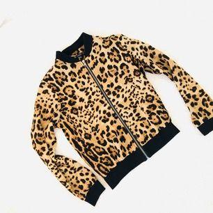 Mycket lite använd tröja. Kan hämtas i vasastan/solna eller skickas med post emot att köparen betalar porto