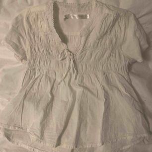 Säljer en superfin vit blus, säljer pågrund av att det inte riktigt är min stil 🌙✨ kan mötas upp i Borås annars blir det + frakt