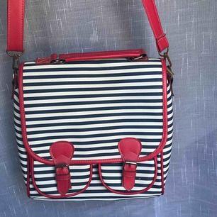 Stor och bra handväska som är oanvänd! Mång bra fack och ett band som går att byta! Går även att ha som ryggsäck men har tyvärr inga band till det:)