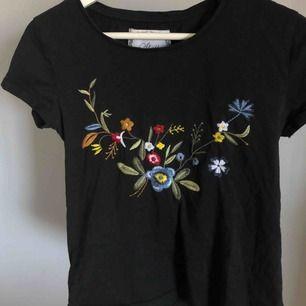 Jättefin svart t-shirt med broderade blommor på✨ Ganska stor i passformen så passar säkert S med!