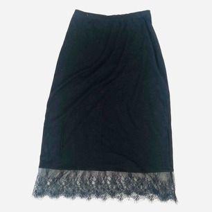 Väldigt skön kjol med spetsdetalj. Kan hämtas i vasastan/solna eller skickas med post emot att köparen betalar porto