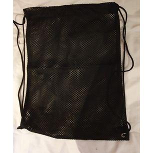 En meshbag med måtten 38x29 cm. Trasig på ena sidan där snöret fäster vid väskan men löste det genom att knyta fast den (se bild 3) 🤗🌼 Köpare står för frakten eller så kan vi mötas upp i Nyköping. (PS. Katt finns i hemmet)