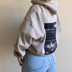 Oversized hoodie ifrån Urban Outfitters. Fint skick, köpt i Köpenhamn i somras men inte så mycket använd!  Passar mig lagom som vanligtvis är en S🥳🤑bud!! ( nypris 1000kr ca)