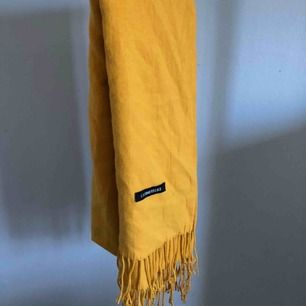 Jättemysig och len gul scarf, färgen är som på första bilden, aldrig använd✨