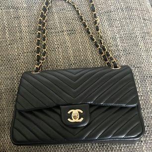 En basic Chanel väska. Är tyvärr fake men liknar det riktiga originalet precis! Jag personligen ser ingen skillnad på en äkta och den här. Kan tänka mig att gå ner i pris då jag gärna vill bli av med den! 💕