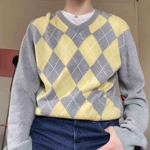 (Inkl frakt) stickad tröja köpt på röda korset, använd 3 gånger. Strl L men passar även mindre strl då den är snygg oversized! Jättefina färger som passar bra till våren :p