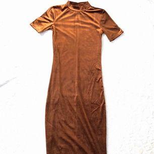 Aldrig använt pga jag är för kort så klänningen känns på gränsen för lång för mig. Kan hämtas eller skickas via post emot porto