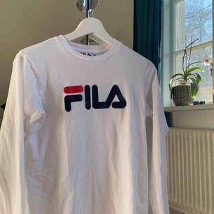Jättefin långärmad tröja från Fila, köp på JD sports. Står storlek xxs men skulle nog säga att de är en s/xs. Nästan aldrig använd. Frakt tillkommer 🥰