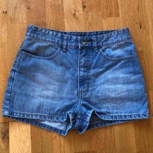 Fett snygga jeansshorts från MONKI! ALDRIG ANVÄNDA! Säljer pga för små för mig. Frakt 50 kr.