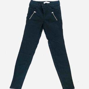 Väldigt sköna stretchiga byxor från Zara. Använt ytterst få tillfällen. Kan hämtas eller skickas via post emot porto