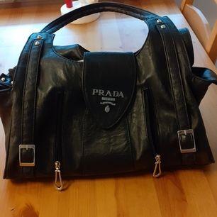 Säljer denna underbara väskan ifrån Prada fått den i present äkta men de va tyvärr inte min still så säljer den nu