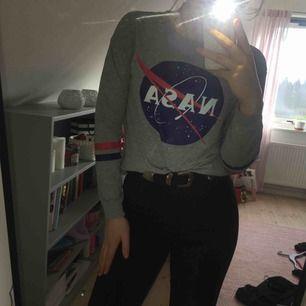 Sweatshirt från HM. Trycken är fela och väldigt fina. Härligt neutral grå färg på tröjan💙