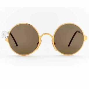 Äkta Vintage Gianfranco Ferre GFF 6 runda solglasögon. Säljs för ca 2300kr. Har haft do. Liggandes i låda. Inga repor/// guld med vacker sten// frakt spårbart 63kr