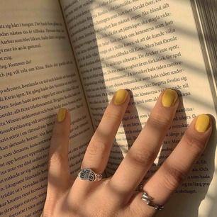 Säljer den hjärtformade ringen, väldigt fin men har tyvärr inte kommit till någon större användning. Den är justerbar, vilket innebär att den passar alla. Köptes av ett uf-företag!💖💖
