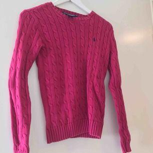 Nästintill oanvänd kabelstickad tröja från Ralph Lauren, fint skick. Finns att hämta i Älvsjö alt. mötas upp någonstans i Stockholm.