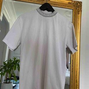 Vit T-shirt från acne studios, lite foundationfläckar på insidan av kragen (se sista bilden) och därav nedsatt pris. Skriv gärna för fler bilder eller frågor. Frakt tillkommer om inte annat har bestämts.
