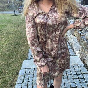 En jättesnygg klänning till lite festligare tillfällen🥂 Säljer pga att jag inte har haft så mycket användning för den💞 köpt i danmark, nypris 4500kr😬