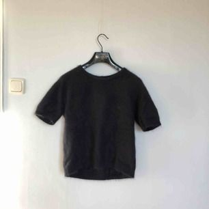 Kortärmad tröja i 75% angora från Stylein. Mörkblå i färgen. Åt det större hållet i storleken. Sparsamt använd.   Köparen betalar frakt, alt upphämtning i Gävle eller Uppsala!