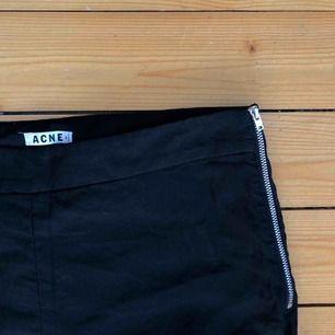 Svarta smala byxor i linne och viskos-blandning från acne, medium waist. Sparsamt använda. Normala i storleken.    Köparen betalar frakt, alt upphämtning i Gävle eller Uppsala!