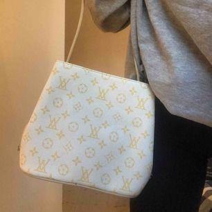 Jätte fin och gullig lv väska i väldigt fint skick, man kan göra banden kortare om man vill det. 300kr + frakt 💕💕 förmodligen inte äkta!!!