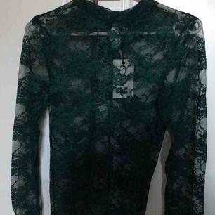 Grön mesh långärmad tröja i XS från BikBok. Aldrig använt pga för liten, lappen sitter kvar. Fungerar perfekt till fest eller bara till vardagen! Frakt är INTE inkluderat i priset ovan!
