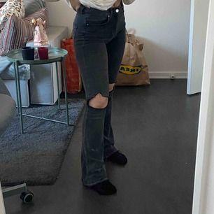 Jeans ifrån gina tricot, klippt hålen själv och sprättat längt ner, sitter bekvämt, i bra skick.