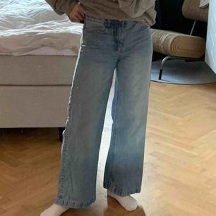 Säljer ett par blå jeans från Dr denim i storlek 26/30. Jag är 163 och brukar ha small/xs, passar mig. Sköna med stretch. Kan mötas och frakta 😌