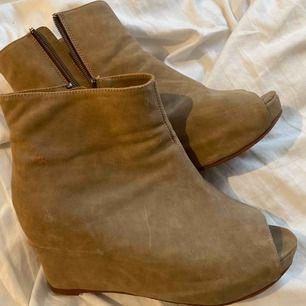 Skor med klack och öppen tå, säljs för kan inte gå i klack och är obekväm med att visa mina tår. Det är små skador på skon i lädret.