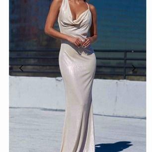 otroligt fin balklänning från club l london som tyvärr är för stor på mig som vanligtvis har S. frakt står köparen för💫
