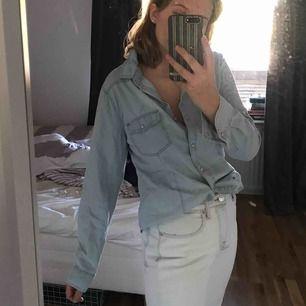 Ljusblå jeansskjorta i storlek 40 då jag ville ha den oversized