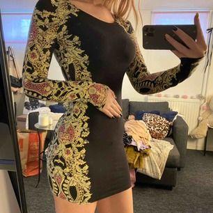 Långärmad klänning med fina mönster på sidorna. Lite genomskinlig