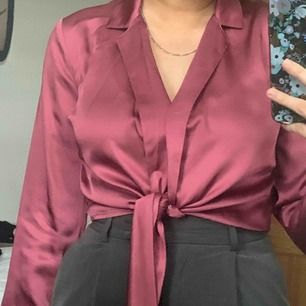 Super fin skjorta från NA-KD som man knyter fram till. Använd en gång, frakt tillkommer!