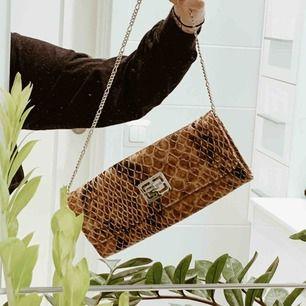 Ny oanvänd väska i ormskinnsmönster. Köparen står för ev frakt 💫