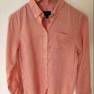 Gant skjorta i tunn Oxford kvalite! Så mjuk och fin. Och snygg färg till våren ⚡️ korall färg. Den är använd en gång endast.