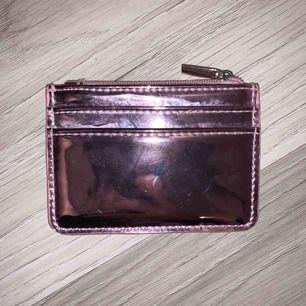"""Rosa korthållare/plånbok. Finns en lite större """"repa"""" (se bild 3) som man knappt tänker på"""