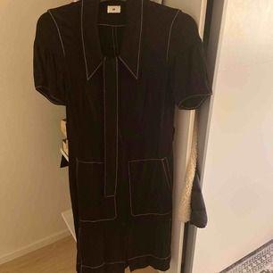 Säljer en svart polo klänning i storlek 36, frakt tillkommer!