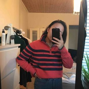 Tommy Hilfiger tröja med krage och dragkedja upptill.  Perfekta sommarfärgen💥 Storlekslappen är avklippt då den störde, är en M i storlek. Använd men med mycket bra skick, vintage stil⚡️ Bud från 350 kr, nypris runt 1100kr 💫