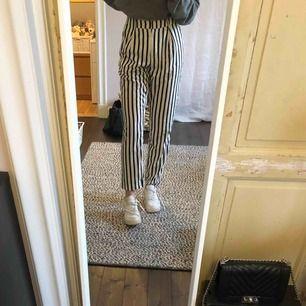 Super fina randiga kostymbyxor från Gina tricot säljer för dom är alldeles för stora på mig (därför dom sitter lite konstigt)❤️