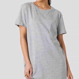 Helt ny t-shirt klänning från NAKD! (Lapp kvar) Klänningen är i en snygg grå färg. Storlek S. Nypris: 200kr. Frakt till kommer på 20kr