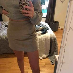 Grå mockaimiterad kjol från primark. Det är en dragkedja på baksidan💕Frakt tillkommer