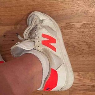 Säljer mina råsnygga sneakers från New balance då de ALDRIG används och använde dom fåtal gånger för 2 år sedan, så de har samlat på sig lite damm men det går att tvätta bort enkelt😁 350kr exkl. frakt