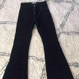 Mörkblåa manchesterbyxor med bootcut modell från Zara i storlek 36!  120kr!