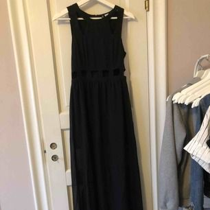 Lång svart klänning från hm. Helt oanvänd.❤️
